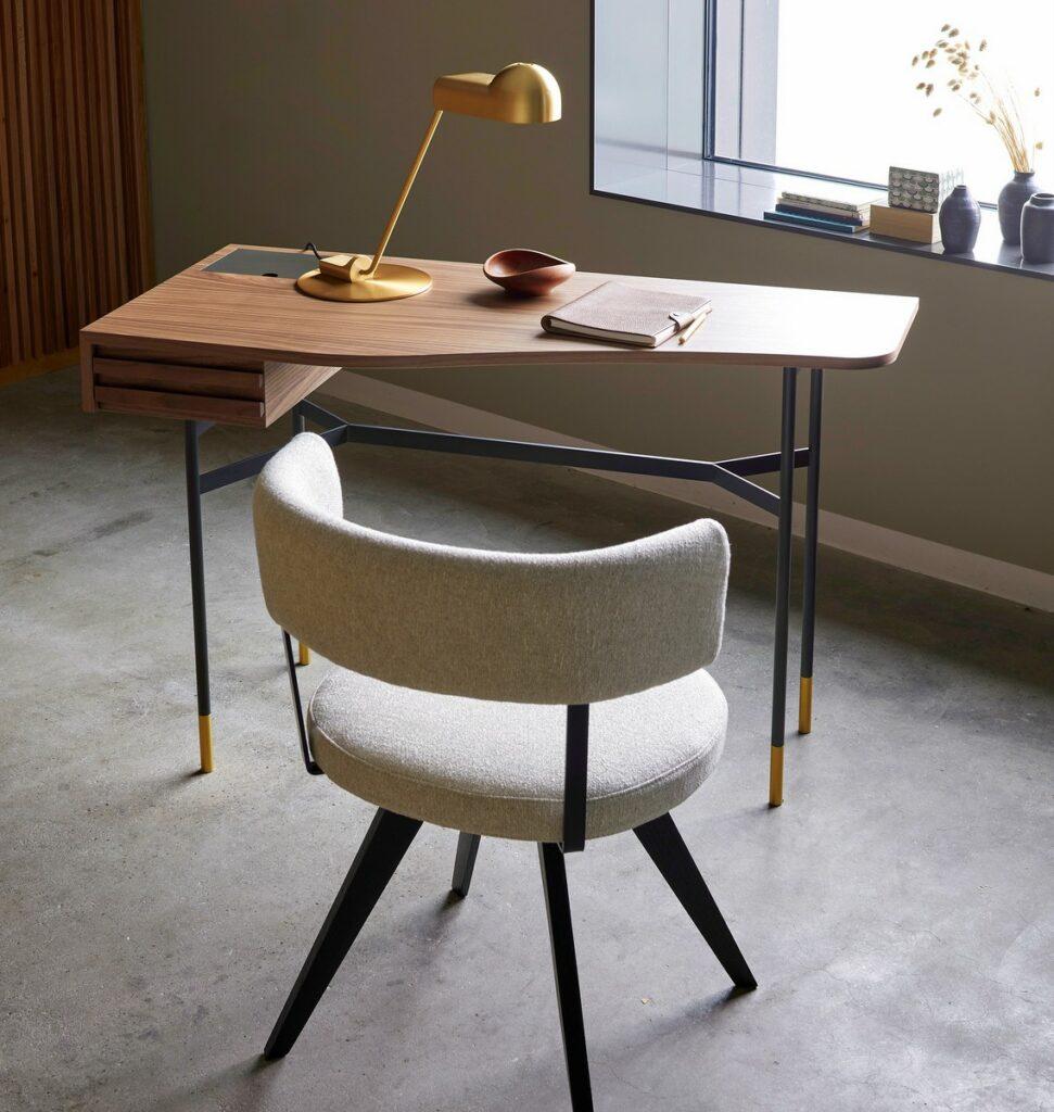 Ein Schreibtisch aus Massivholz