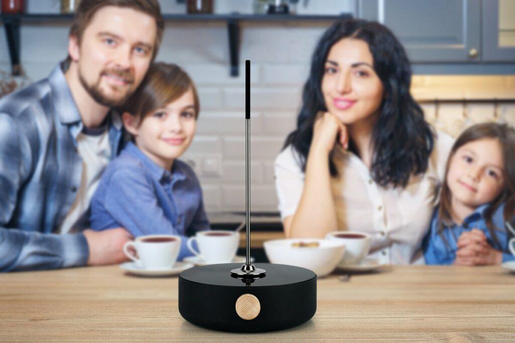 Familie in der Küche mit einem Heatle Gerät