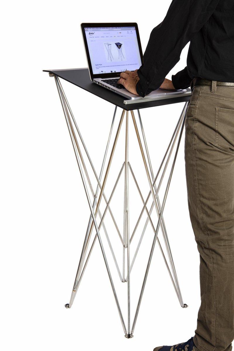 Spiderpult: Stehpult mit Laptop und arbeitenden Mann