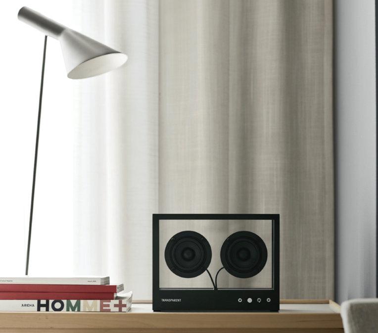 Transparent Lautsprecher auf einem Regal