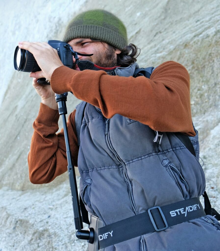 Mann in hellblauer Weste fotografiert mit Steadify