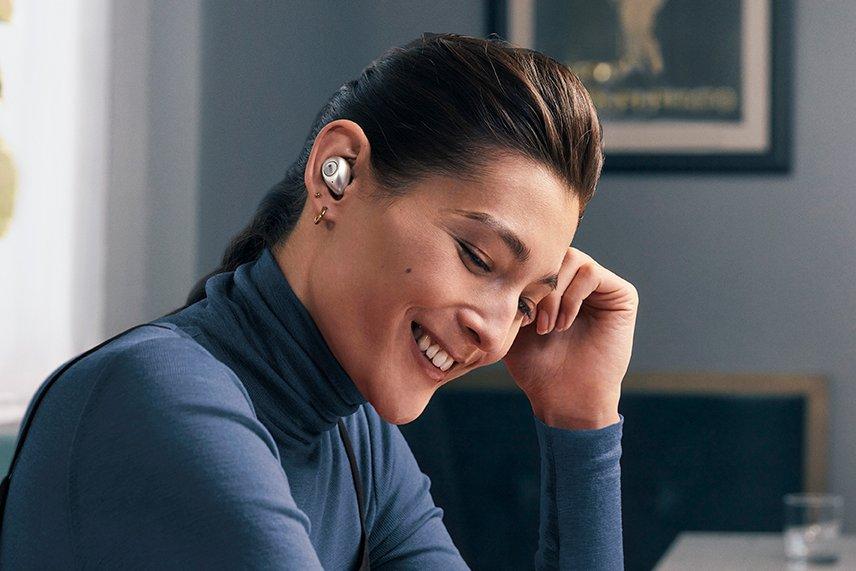 KEF Mu3: Frau mit KEF Kopfhörer